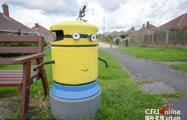 """英国小镇垃圾桶一夜变身""""小黄人"""""""