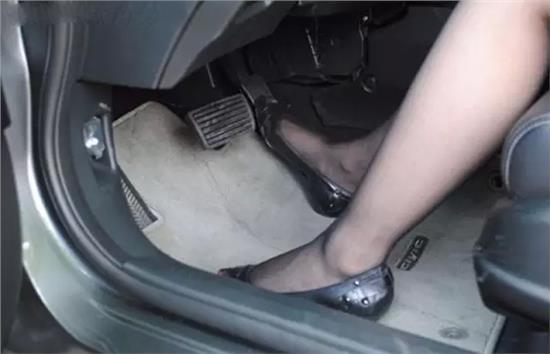 自动挡汽车油门和刹车在什么位置图片