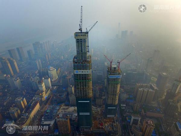 """湖南第一高楼上的""""钢构人"""""""