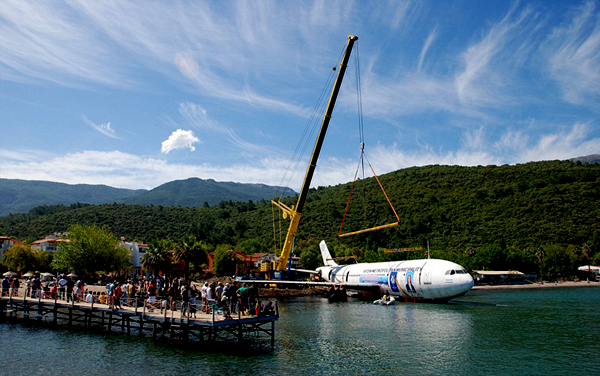 土耳其客机沉入海底变身人造礁石吸引游客