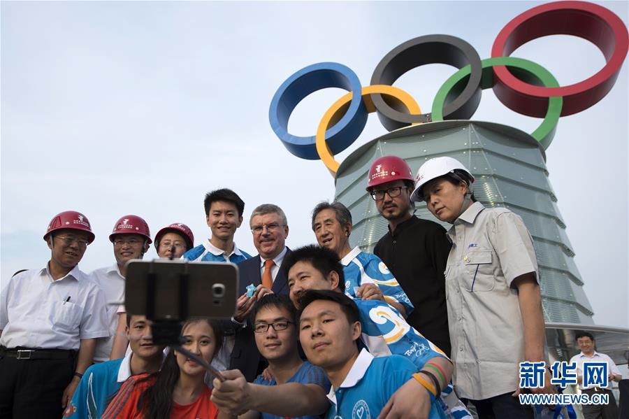 6月12日,中共中央政治局委员、北京市委书记、北京冬奥组委主席郭金龙(左)、国际奥委会主席巴赫(中)和国家体育总局局长、中国奥委会主席、北京冬奥组委执行主席刘鹏在落成仪式上。 当日,北京奥林匹克塔命名暨奥运五环标志落成仪式在北京奥林匹克公园举行。这座位于北京中轴线上高246.