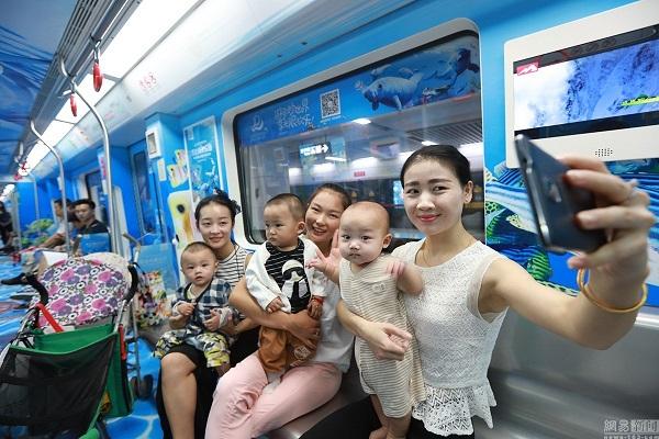 9月27日,南昌地铁列车车厢简直成了一个自拍馆。这列被海洋生物入侵的地铁是南昌首列海洋主题列车,由万达海洋乐园倾情打造。独一无二的专列地铁采用创意包车的形式,每个乘客在乘坐地铁的同时即可沉浸融入在海洋情景之中。