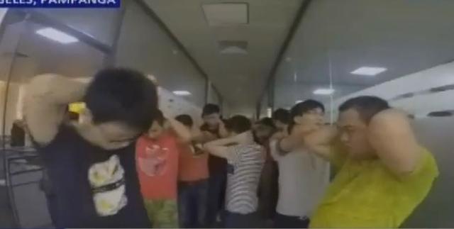 据媒体报道,菲律宾移民局24日下午在邦板牙省洪溪礼士市某度假村查处涉嫌非法务工的外国人,当场抓获一千余人,其中多数为中国公民,涉嫌从事网络赌博。 驻菲使馆对此高度重视,第一时间向菲方核实了解情况,要求菲方尽快查明案情并向中方通报,保障涉案中国公民合法权益和人道主义待遇,依法公正处理。目前,使馆工作人员已赶赴事发现场,并将在职责范围内提供相应协助。 使馆提醒赴/在菲律宾中方人员勿非法务工 近日,发生了多起外国人在菲律宾有关部门执法行动中被逮捕的案件,相关人员因涉嫌非法从事网络博彩工作被移送菲警察、移民等部