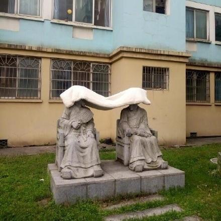 大学生在雕像上晒被子走红网络 - 湘潭传媒网