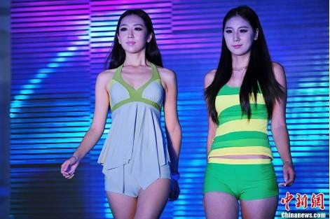小美女模特泳装秀亮相2013中国国际泳装展