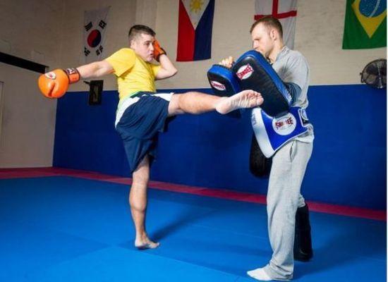 据悉,罗斯康纳一年前在普吉岛泰拳体育馆进行瘦身训练,一年期间,从