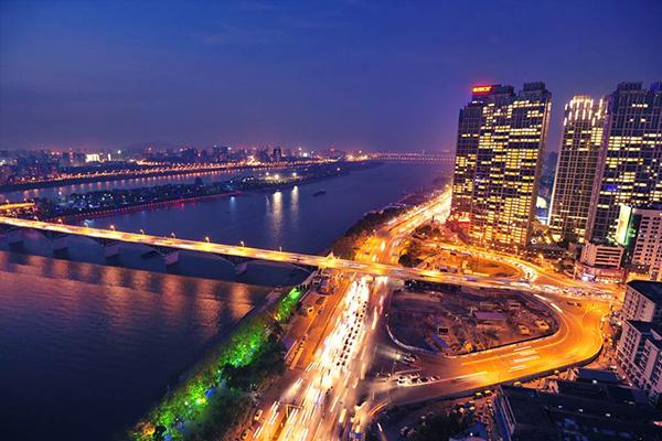 北京的夜景应该用端庄、美丽来形容,华灯齐放,辉煌灿烂,古代建筑井然有序、错落有致,俨然可见昔日皇城的威严,还不止这些,CBD夜景绚丽夺目,酒吧一条街让你在红砖绿瓦间享受夜的轻松    一个城市的浪漫,往往绽放在月夜之时。到香港旅游必定要看世界三大夜景之一的香港夜景。香港的夜晚,既有灯光璀璨,繁华喧闹的大都市风情,也有白云,山岗和温暖的海风。中西文化在这里交融,为这个国际大城市带来了独有的魅力!
