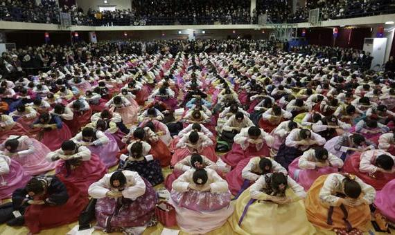 韩国高中举行毕业典礼 学生穿韩服行跪拜礼